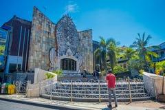 BALI INDONESIË 08 MAART 2017: Niet geïdentificeerde mensen in de bouw van een herdenkingsaanval aan slachtoffers van Bali Royalty-vrije Stock Foto