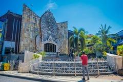 BALI INDONESIË 08 MAART 2017: Niet geïdentificeerde mensen in de bouw van een herdenkingsaanval aan slachtoffers van Bali Stock Afbeelding