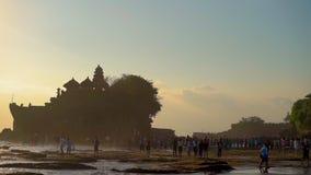 BALI, INDONESIË - MAG 12 grote menigte tijdens zonsondergang op een mooie Tanah-Partijtempel op het eiland van Bali stock video