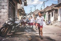 BALI, INDONESIË - MEI 23, 2018: Groep Balinese schooljongens in een school eenvormig op de straat in het dorp Stock Afbeelding