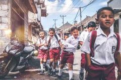 BALI, INDONESIË - MEI 23, 2018: Groep Balinese schooljongens in een school eenvormig op de straat in het dorp Stock Foto