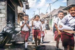BALI, INDONESIË - MEI 23, 2018: Groep Balinese schooljongens in een school eenvormig op de straat in het dorp Stock Foto's