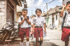 BALI, INDONESIË - MEI 23, 2018: Groep Balinese schooljongens in een school eenvormig op de straat in het dorp Royalty-vrije Stock Afbeelding