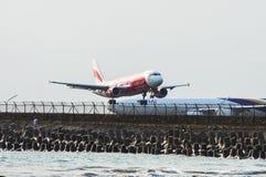 Bali, Indonesië - November 25, 2012: AirAsia-Luchtbus A320 het landen Stock Foto's