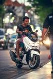 BALI, INDONESIË - OKTOBER 12, 2017: Autopedden op de Legian-straat, Kuta, Bali, Indonesië Motorverkeer Royalty-vrije Stock Foto