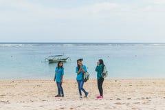 BALI, INDONESIË - OKTOBER 8, 2017: Indonesische vrouwen op het Pandawa-strand, Bali Stock Fotografie