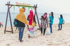 BALI, INDONESIË - OKTOBER 8, 2017: Indonesische vrouwen op het Pandawa-strand, Bali Royalty-vrije Stock Afbeelding