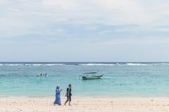 BALI, INDONESIË - OKTOBER 8, 2017: Indonesische vrouwen op het Pandawa-strand, Bali Royalty-vrije Stock Foto