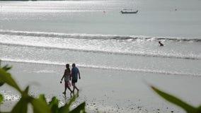 BALI, INDONESIË - OKTOBER 2017: Verbazend tropisch Jimbaran-strand Bali stock videobeelden