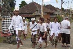 BALI, INDONESIË - 7TH JULI: Jongens op hun manier aan de tempel op Ju Royalty-vrije Stock Fotografie