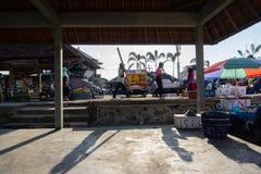 BALI/INDONESIA- 15 ΜΑΐΟΥ 2019: η ατμόσφαιρα της αγοράς ψαριών kedonganan-Μπαλί Οι ψαράδες που περνούν από φέρνουν τη σύλληψή τους στοκ φωτογραφίες με δικαίωμα ελεύθερης χρήσης