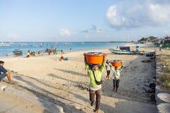 BALI/INDONESIA- 15-ОЕ МАЯ 2019: Рыболовы идут домой от моря, приносят их задвижку к рыбному базару быть проданным сразу Kedongana стоковые изображения rf