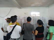 BALI/INDONESIA-APRIL 17 2019: Balijczyków ludzie głosują dla prezydenta 2019 parlamentu i Iść lokali/lów wyborczych używa zdjęcie stock