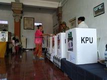 BALI/INDONESIA-APRIL 17 2019: Balijczyków ludzie głosują dla prezydenta 2019 parlamentu i Iść lokali/lów wyborczych używa obraz royalty free