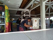 17 bali/indonesia-APRIL 2019: De Balinese mensen stemmen voor de voorzitter en het parlement 2019 Zij gaan naar opiniepeilingspos stock afbeelding