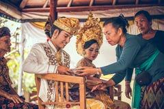 BALI, INDONESIA - 13 APRILE 2018: Persone appena sposate su cerimonia di nozze di balinese Cerimonia nuziale tradizionale Fotografia Stock