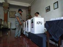 BALI/INDONESIA- 17 AVRIL 2019 : Vote de personnes de Balinese pour le président et le parlement 2019 Ils vont à l'utilisation d photographie stock libre de droits