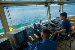 BALI, INDONESIA - 5 DE ABRIL DE 2017: Cabina experimental del comando del transbordador con la opinión sobre el mar con muchos ay Foto de archivo libre de regalías