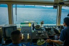 BALI, INDONESIA - 5 DE ABRIL DE 2017: Cabina experimental del comando del transbordador con la opinión sobre el mar con muchos ay Foto de archivo