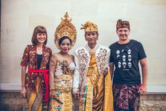 BALI, INDONESIA - 13 DE ABRIL DE 2018: Gente en ceremonia de boda del balinese Boda tradicional Imagen de archivo