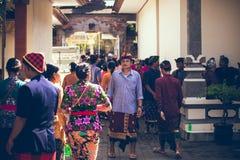 BALI, INDONESIA - 13 DE ABRIL DE 2018: Gente en ceremonia de boda del balinese Boda tradicional Foto de archivo libre de regalías