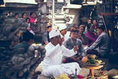 BALI, INDONESIA - 13 DE ABRIL DE 2018: Gente en ceremonia de boda del balinese Boda tradicional Fotos de archivo libres de regalías