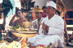BALI, INDONESIA - 13 DE ABRIL DE 2018: Gente en ceremonia de boda del balinese Boda tradicional Imagen de archivo libre de regalías