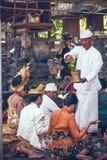 BALI, INDONESIA - 13 DE ABRIL DE 2018: Gente en ceremonia de boda del balinese Boda tradicional Imagenes de archivo