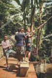 BALI, INDONESIA - 5 DE DICIEMBRE DE 2017: El grupo de hombres que ayudan a un turista se sienta en oscilaciones en el acantilado  Fotos de archivo libres de regalías