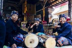 BALI, INDONESIA - 13 DE DICIEMBRE: Músicos de sexo masculino del Balinese en tradit Imagen de archivo libre de regalías