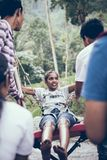 BALI, INDONESIA - 26 DE DICIEMBRE DE 2017: Mujer que se divierte un oscilación en la selva Mujer que balancea en la selva tropica Fotografía de archivo