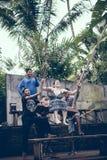 BALI, INDONESIA - 26 DE DICIEMBRE DE 2017: Mujer que se divierte un oscilación en la selva Mujer que balancea en la selva tropica Imagen de archivo libre de regalías