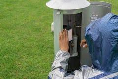 BALI/INDONESIA- 21 DE DICIEMBRE DE 2017: Un observador meteorológico comprueba el metro de la lluvia de Helman en el jardín de  imagenes de archivo