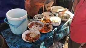 Bali, Indonesia - 21 de febrero de 2019: Comida tradicional del Balinese en venta en un mercado local en Ubud almacen de metraje de vídeo