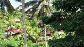 BALI, INDONESIA - 14 DE FEBRERO DE 2018: Hotel turístico tropical en la isla de Bali, Indonesia almacen de metraje de vídeo