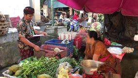 Bali, Indonesia - 21 de febrero de 2019: Mercado tradicional de la comida del Balinese en el tiempo de mañana Gente en mercado almacen de video