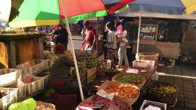 Bali, Indonesia - 21 de febrero de 2019: Mercado tradicional de la comida del Balinese en el tiempo de mañana Gente en mercado almacen de metraje de vídeo