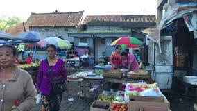Bali, Indonesia - 21 de febrero de 2019: Mercado tradicional de la comida del Balinese en el tiempo de mañana Gente en mercado metrajes