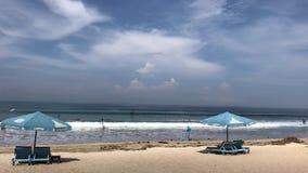 Bali, Indonesia - 20 de febrero de 2019: Una playa sucia de Kuta en febrero, isla de Bali almacen de metraje de vídeo