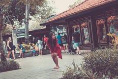 BALI, INDONESIA - 30 DE JUNIO DE 2017: Mujer asiática joven que presenta en la calle de la colección de Bali, isla de Bali Imágenes de archivo libres de regalías