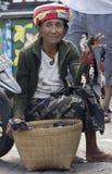 BALI, INDONESIA 24 DE JUNIO: Una mujer mayor que vende las baratijas del mono Foto de archivo libre de regalías