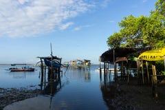 BALI/INDONESIA- 10 DE MAIO DE 2019: Alguns barcos tradicionais do Balinese que est?o sendo pendurados no bambu quando a ?gua do m foto de stock royalty free