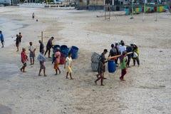 BALI/INDONESIA- 15 DE MAIO DE 2019: Alguns barcos tradicionais do Balinese retornaram ? terra depois que travaram peixes nos mare fotos de stock royalty free
