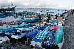 BALI/INDONESIA- 15 DE MAIO DE 2019: Alguns pescadores moviam seus barcos para a terra na praia de Kelan, Tuban, Bali Quando não f imagem de stock