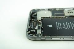 BALI/INDONESIA- 17 DE MAIO DE 2019: Foto de um iPhone 6 com exposição quebrada Isolado no branco com espa?o da c?pia imagem de stock royalty free