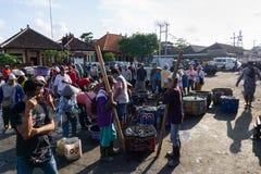 BALI/INDONESIA- 15 DE MAIO DE 2019: Pescadores que terminaram a pesca imediatamente para vender sua captura Enfileiraram-se para  fotos de stock