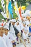 BALI, INDONESIA - 30 DE MARZO: Aldeanos del Balinese que participan adentro Imagen de archivo libre de regalías