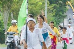 BALI, INDONESIA - 30 DE MARZO: Aldeanos del Balinese que participan adentro Imagen de archivo