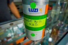 BALI, INDONESIA - 8 DE MARZO DE 2017: Ciérrese para arriba de una esencia de Hugo Boss dentro de la botella en Denpasar en Indone Imagen de archivo libre de regalías