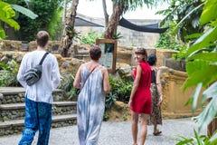 BALI, INDONESIA - 23 de marzo de 2017: Los turistas sonrientes felices en el parque zoológico tropical de la isla de Bali parquea Foto de archivo libre de regalías